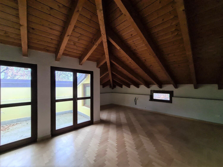 Attico con doppi servizi e terrazzo in villa d'epoca ristrutturata a Gornate Olona