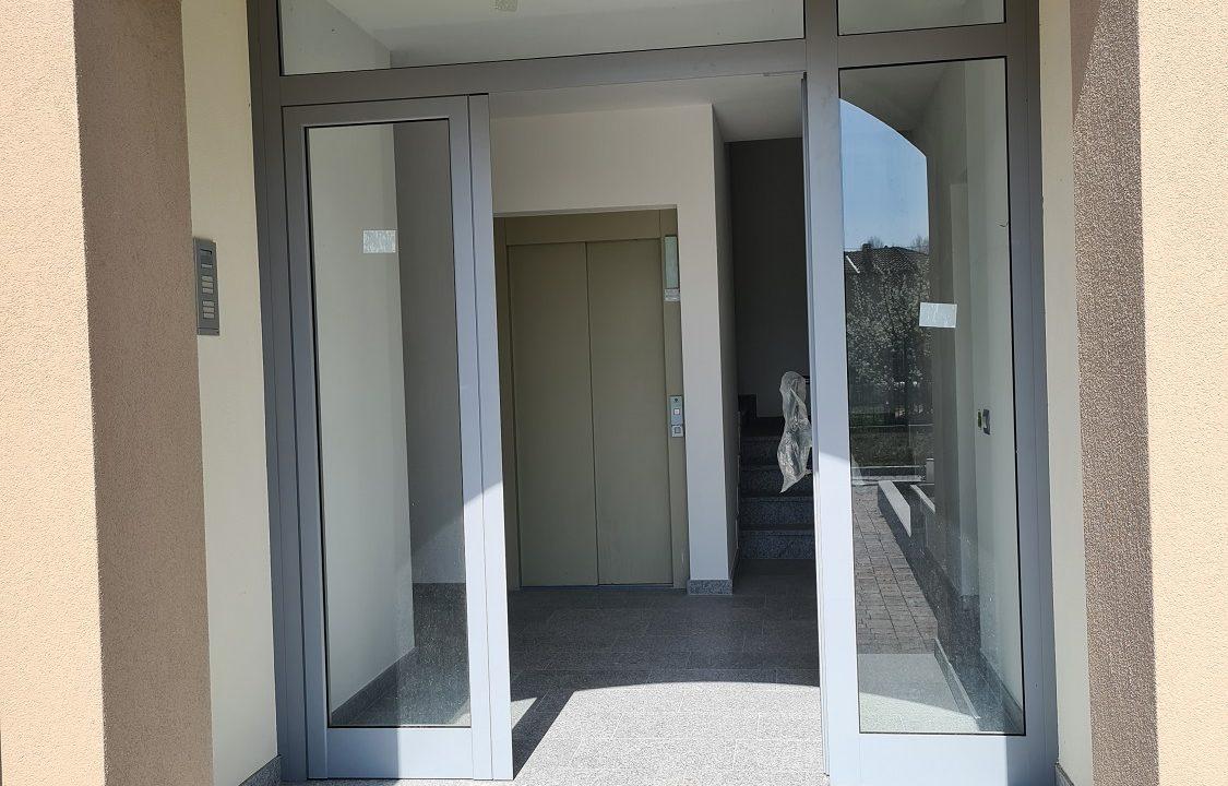 Trilocale-piano terra-con doppi servizi-area esterna-a Venegono Superiore-in classe A (24)