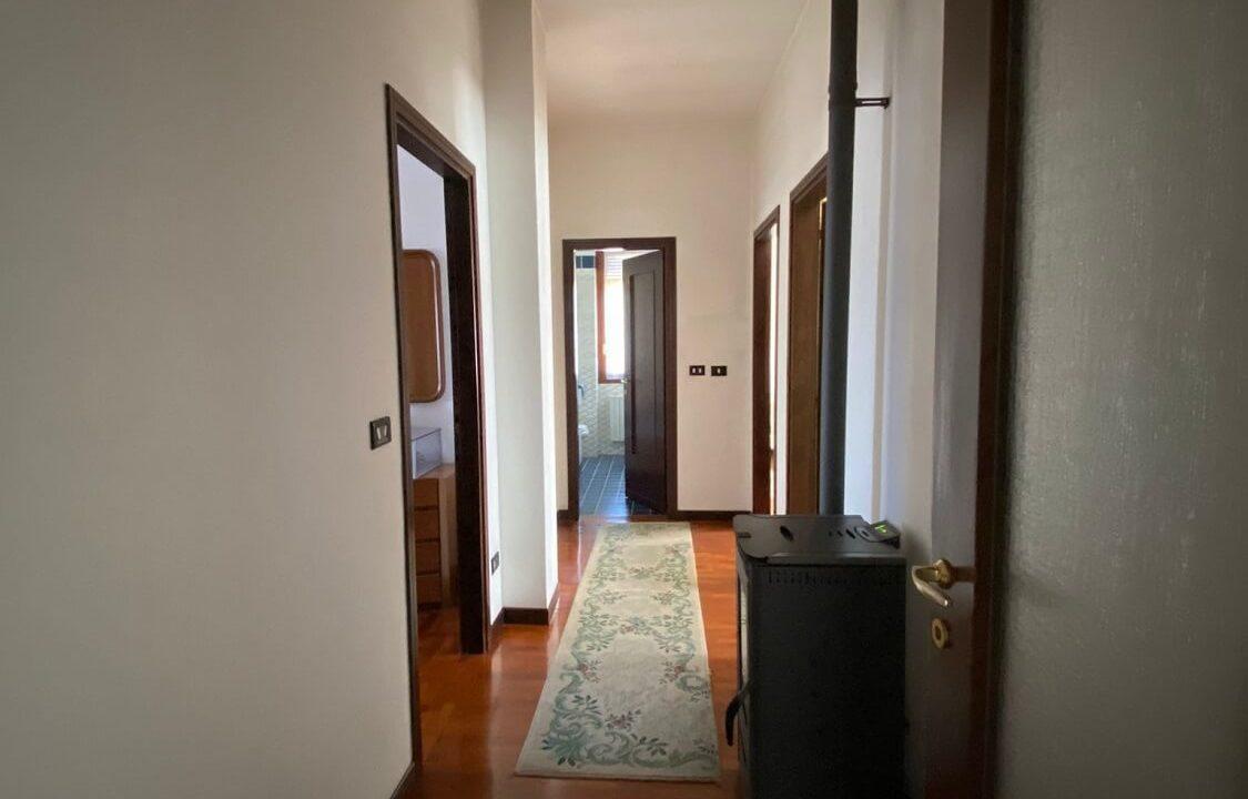 Villa singola-di 400mq-con 1800mq di giardino-a Venegono Inferiore (12)