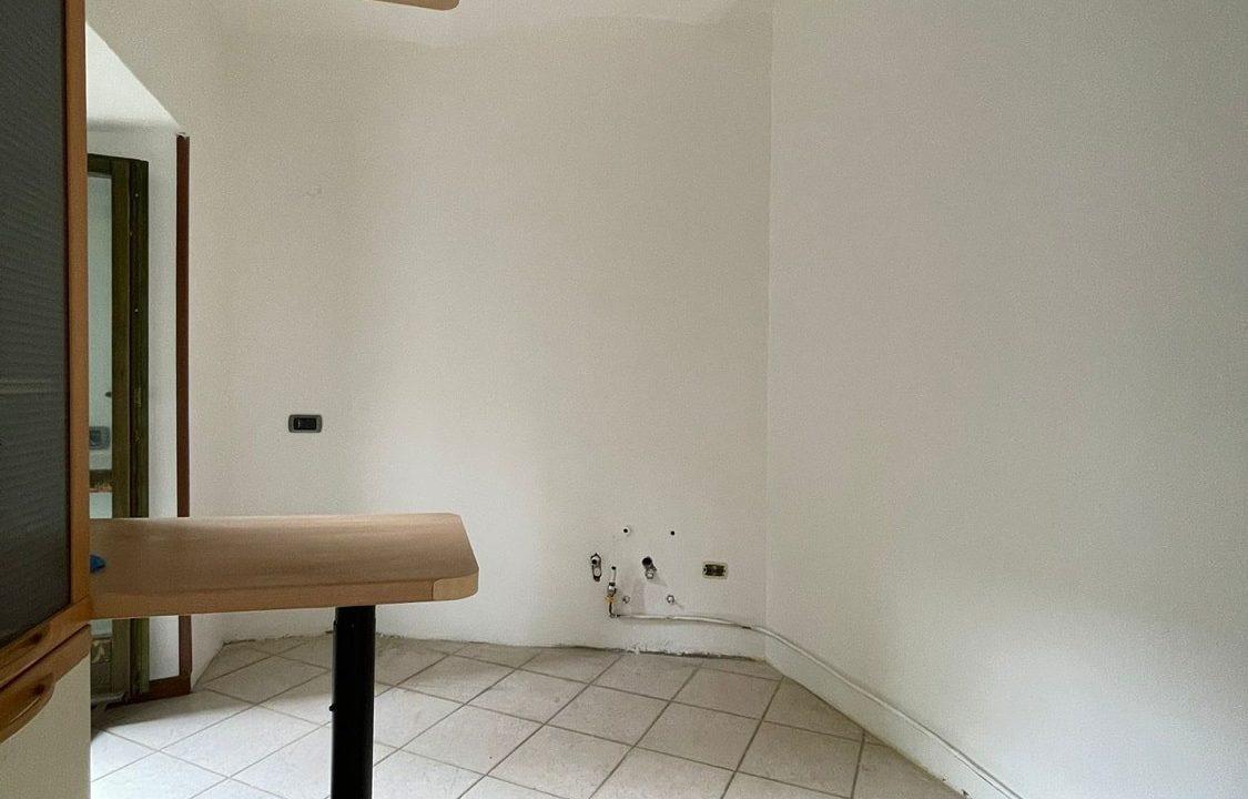 Trilocale-al piano terra-con giardino privato-in centro a Caronno Varesino (23)
