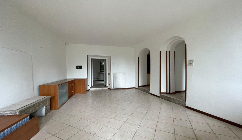 Trilocale-al piano terra-con giardino privato-in centro a Caronno Varesino (7)