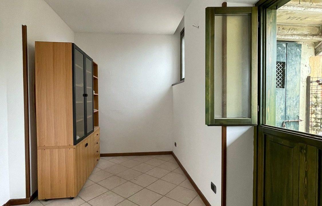 Trilocale-al piano terra-con giardino privato-in centro a Caronno Varesino (78)